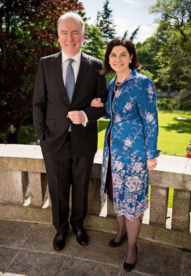 Kuvassa suurlähettiläs Sarah Price ja puoliso Simon McGrath.