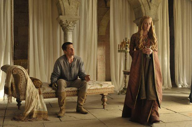 Seitsemännellä tuotantokaudella Cersei Lannister ei enää välittänyt hänen ja Jaime Lannisterin suhteen salailusta. Kuva tuotantokaudelta neljä.