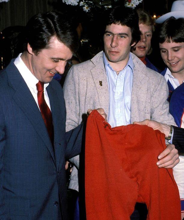 Herb Brooks valmensi opiskelijapojat olympiakultaan Lake Placidissa 1980.