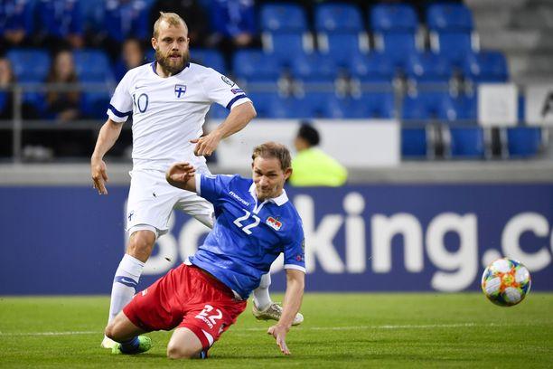 Teemu Pukki (vasemmalla) haki maalia myös Liechtensteinia vastaan.