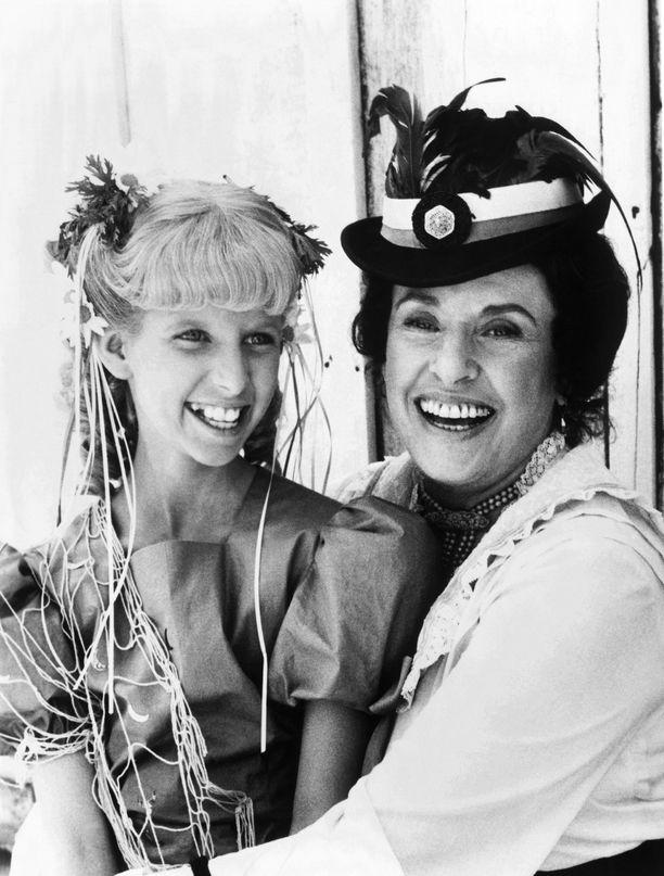 Kuvassa Katherine McGregor ja näyttelijä Allison Balson, joka esitti suosikkisarjassa Nancy Olesonia. Kuva vuodelta 1981.