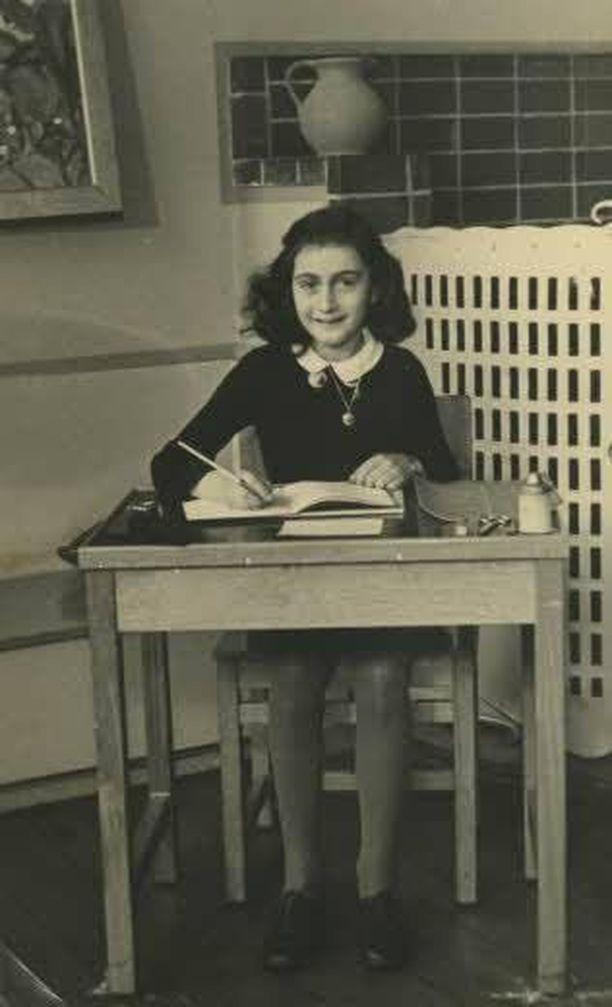 Anne Frank piti päiväkirjaa kahden vuoden ajan ennen kuin perhe jäi kiinni ja toimitettiin keskitysleirille vuonna 1944.