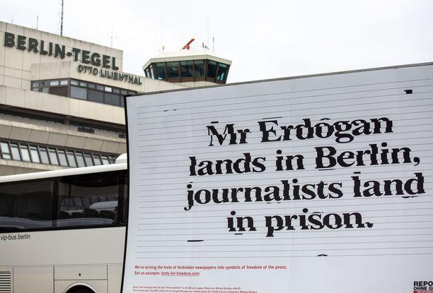 Erdogania oli jo lentokentällä vastassa mielenosoitus.