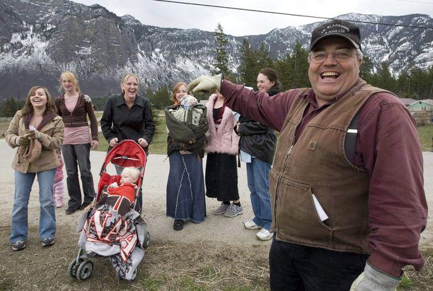 Winston Blackmore poseeraa muutaman vaimonsa ja lapsensa kanssa.