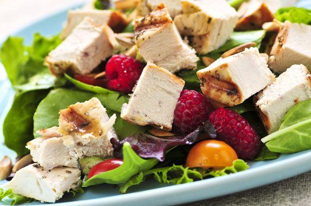 Valmiiksi grillattu broileri tai kypsennetty kala maistuu raikkaan salaatin kanssa.