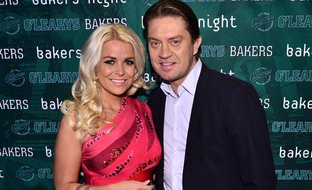 Oskari Katajisto ja Sanna-vaimo edustivat yhdessä sporttibaari O'Learysin avajaisissa Helsingissä 8. lokakuuta.