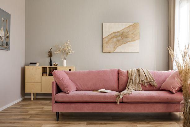 Vaaleanpunainen on muodikas valinta - olipa kyseessä sohva, seinät tai vaikkapa verhot. Tikkurilan vuoden väri on hempeä flamingo.