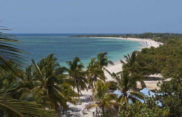 Trinidad ja Tobagon perusmaisema: palmuja, hiekkarantaa ja kirkasta merivettä.