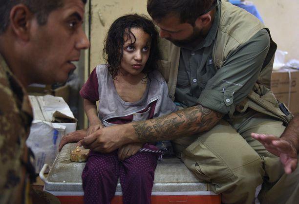 Global Response Managementin ensihoitaja Carlo Hodil piteli orvoksi jäänyttä tyttöä Mosulin vanhassakaupungissa. Tytön olivat tuoneet naapurin kaksi naista, jotka kertoivat Isisin tappaneen lapsen vanhemmat.