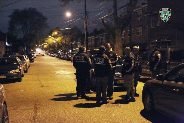 New Yorkin poliisi yllätti gangsterit yöllä.