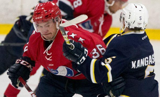 HIFK:n numero 36 Joonas Järvinen torppasi Bluesin Iikka Kangasniemen Kirkkonummella pelatussa harjoitusottelussa.