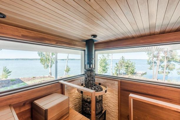 Tässä saunassa kiuas on sijoitettu hauskasti nurkkaan, jotta sen molemmin puolin on saatu maisemaikkunat merelle.