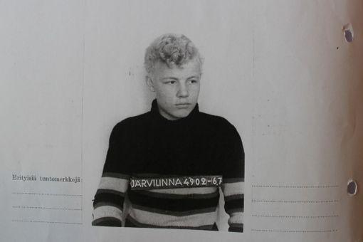 Koulunkäynti ei maittanut Heinämäelle 1960-luvulla. Rangaistuksen hän tuntee yhä.