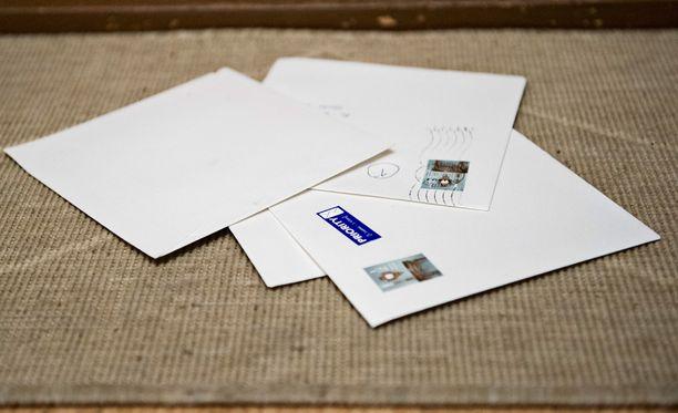 Epäillyiltä löydetyt postit palautetaan Postille. Kuvituskuva.