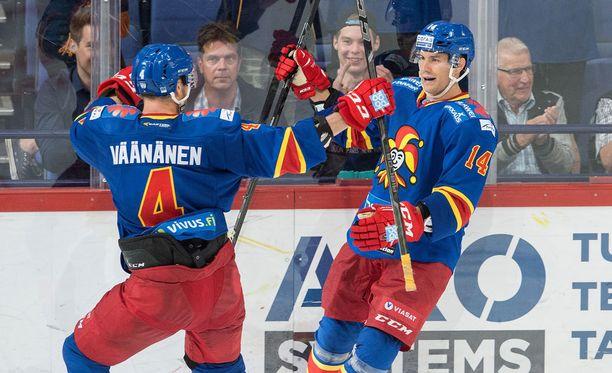 Tomi Mäki tuuletti maalia yhdessä Ossi Väänäsen kanssa.
