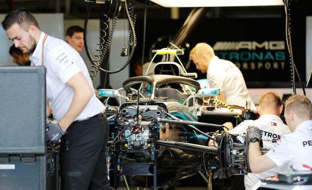 Mercedeksen insinöörit joutuivat ahkeroimaan aika-ajojen ja kilpailun välissä Valtteri Bottaksen auton parissa.