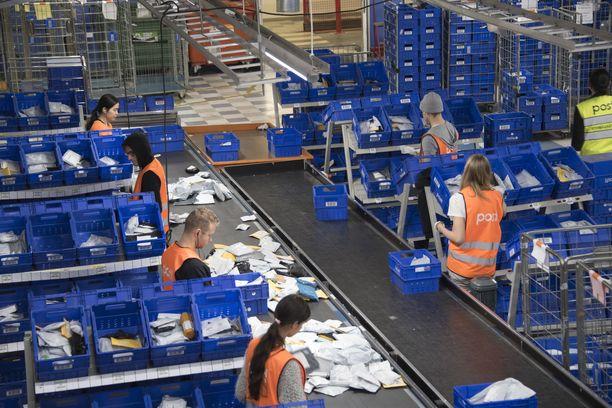 Postilaiset vastustavat lakolla palkkojen roimaa alentamista. Kuvituskuva.