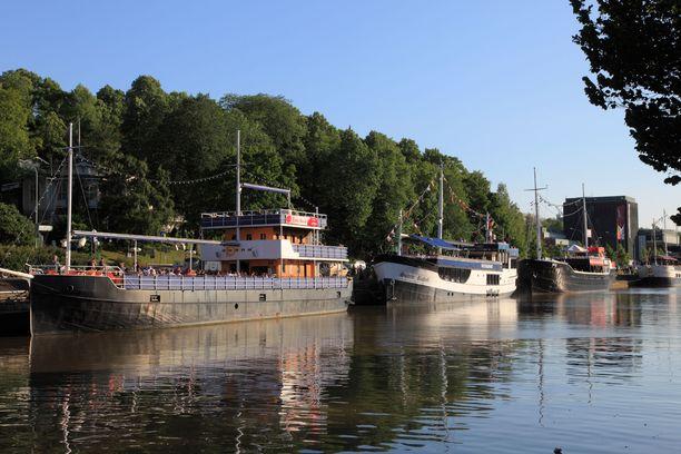 Jokilaivoja Aurajoen rannassa Turussa. Laivat ovat niin turkulaisten kuin ulkopaikkakuntalaistenkin mieleen ja niiden kannella voi kuulla sitä ehtaa turkua.