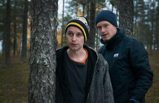 Joonas Nordman ja Airaksinen metsässä.