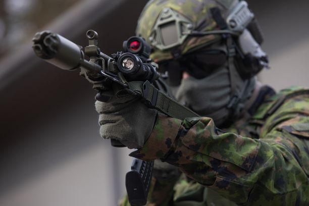 Uudistettuihin rynnäkkökivääreihin voi asentaa useita lisävarusteita, jotka helpottavat esimerkiksi tärkeänä pidettyä pimeätoimintaa.