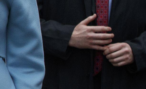 Salaisen palvelun agentin kädet näyttävät siltä kuin ne olisi tehty kumista.