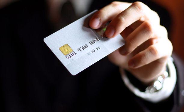 Poliisi varoittaa antamasta luottokorttitietoja epämääräisille sivustoille tai myyjille.