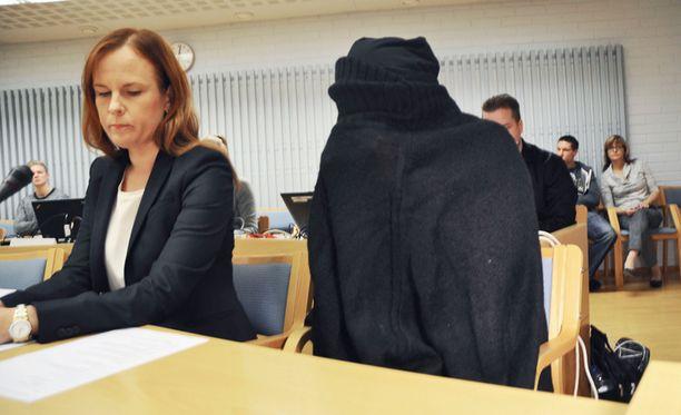 Asianajaja Meeri Palosaari ja vauvasurmista syytetty nainen oikeudessa.