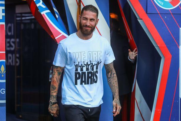 Sergio Ramos odottaa pelikentille pääsyä.