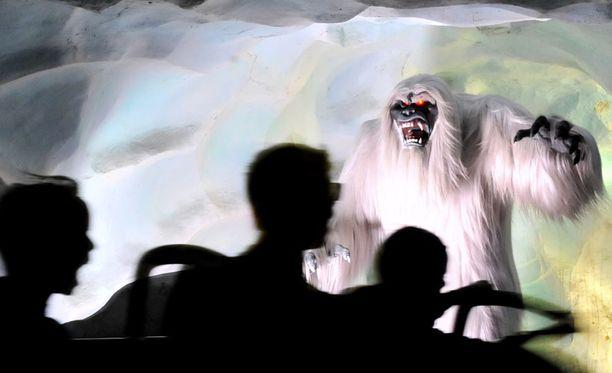 Tämä lumimies pelottelee kävijöitä Kalifornian Disneylandissa.