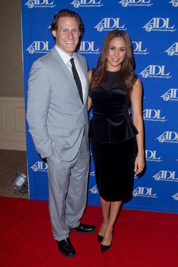 Näyttelijät Trevor Engelson ja Meghan Markle tapasivat vuonna 2004. Häitä tanssittiin syyskuussa 2011.