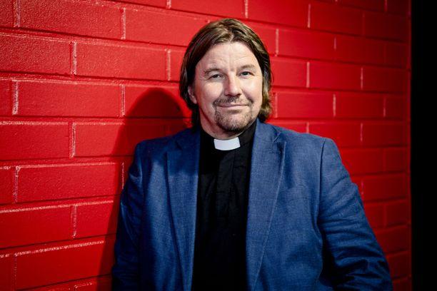 Kari Kanala työskentelee kirkkoherrana. Lisäksi hänet tunnetaan ohjelmasta Ensitreffit alttarilla.