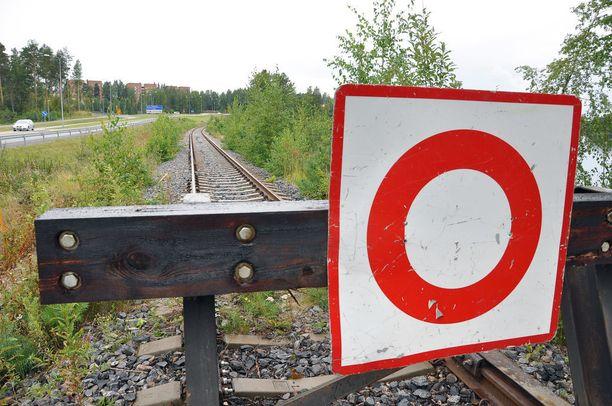 Kalliisti korjatulle radalle asennettu raidepuskin osoittaa, että junaliikenne on ohi.