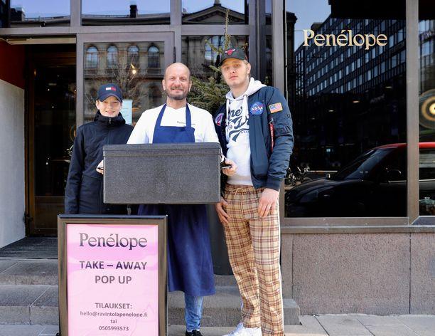 Hans Välimäen talkootiimiin kuuluvat ruokalähetteinä myös pojat Morris ja Aku, jonka mopoautolla annokset toimitetaan Helsingin keskusta-alueelle.
