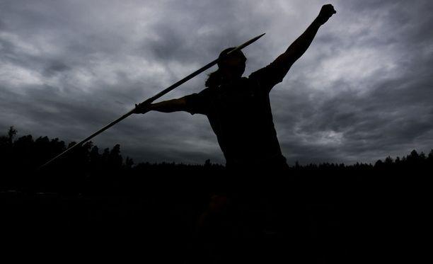Suomalainen miesten keihäänheitto vaeltelee varjojen mailla.