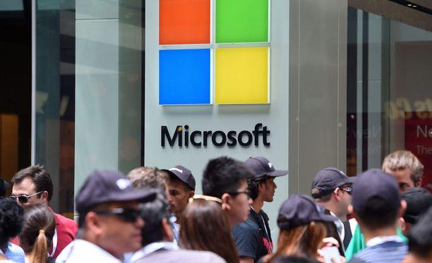 Vaikka Microsoft skaalaa toimintaansa pienemmäksi, ei yhtiö ole putoamassa pois pelistä, kirjoittaa Windows- ja laiteliiketoiminnasta vastaava Terry Myerson.