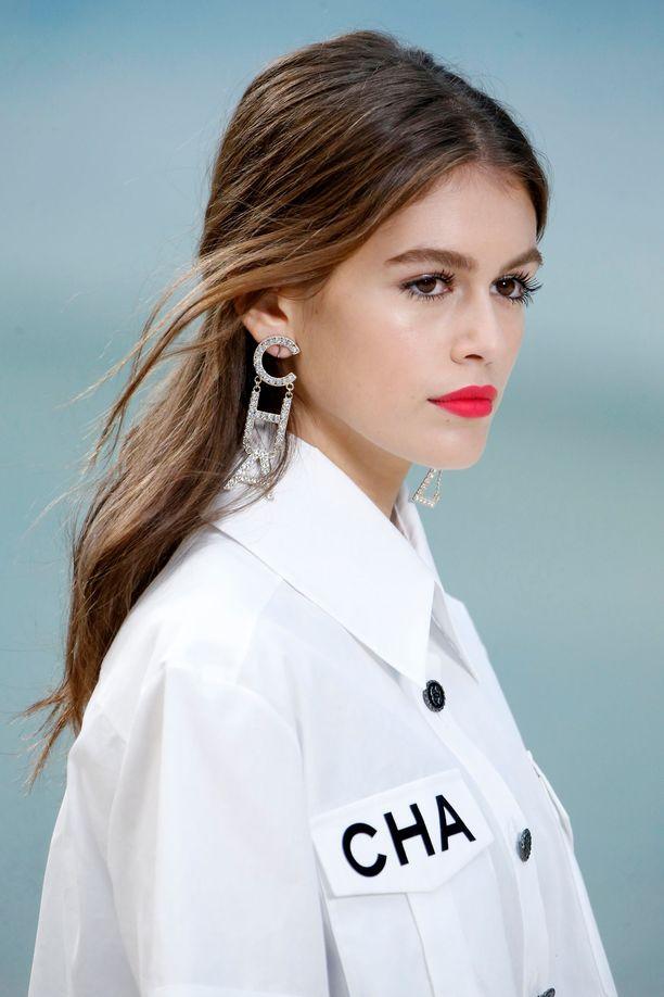 Kaia Gerberin hiukset oli kammatta keskijakaukselle Chanelin kevät-kesä 2019 -näytöksessä.