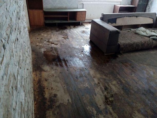 Keijo kertoo, että talo vaatii lattioiden ja seinien uusimista, ennen kuin se on asuttavassa kunnossa.