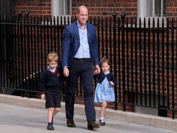 Prinssi Georgea ujostuttivat kamerat. Iloinen pieni prinssi oli selvästi pikkuveljestään innoissaan.