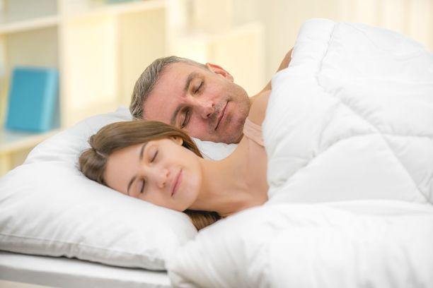 Yksi unen asiantuntijoiden antama neuvo on se, että illalla sängyssä palautat mieleesi ainakin yhden hyvän asian, mitä on päivän aikana tapahtunut. Positiivinen mieli auttaa unen houkuttelua.
