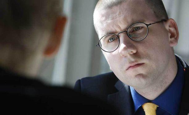 """Perussuomalaisten Sebastian Tynkkynen kokee, että hänen ilmaisunvapautta häirittiin """"jatkuvalla kunnian loukkaamisella"""", kun huutelija ei ottanut heti lopettaakseen."""
