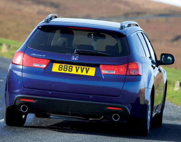AUDIA Toinen näkee peräpeilissä Audi A4 Avantin muotoa.