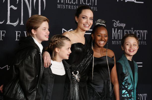 Angelina Jolie on lähivuosina tuonut lapsiaan mukaan julkisiin tilaisuuksiin. Kuvassa vasemmalta lapset Shiloh, Vivienne, Zahara ja Knox vuonna 2019 Maleficent 2: Pahan valtiatar-elokuvan ensi-illassa.