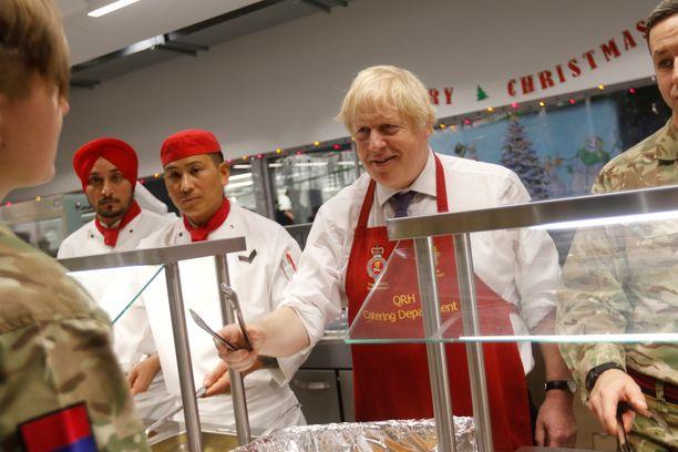 Boris Johnson tarjoili joululounasta Viron Tapassa oleville brittijoukoille.