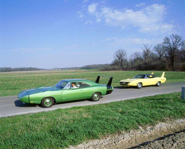 Sisarautoja: Dodge Daytona 1968 ja Plymouth Superbird 1970.