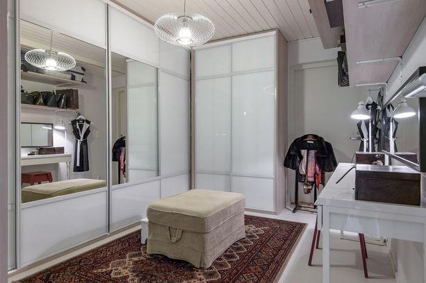 Pukeutumishuone, jossa on myös pöytä, soveltuu niin työskentelyyn kuin vaikka ompeluun tai muihin harrastuksiin.