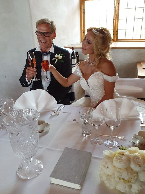 Tuore aviopari kilisteli kuohuvaa Turun linnassa.