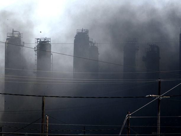 Texasin Port Nechesissä sijaitsevan kemikaalitehtaan palosta leviää sankkaa savua, josta viranomaiset ovat varoittaneet lähialueiden asukkaita.