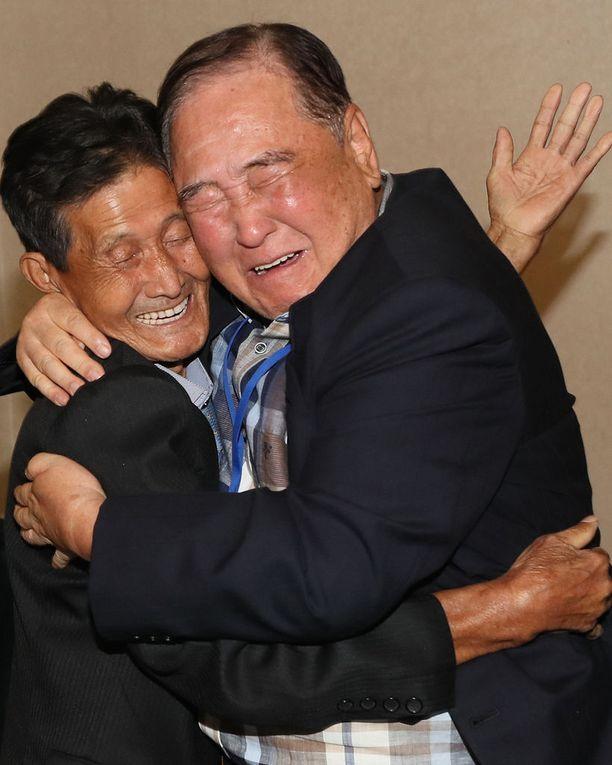 93-vuotias Ham Seong-chan (oik.) halaa Pohjois-Korean puolelle sodassa jäänyttä, nyt jo 79-vuotiasta pikkuveljeään Ham dong-chania (vas.).