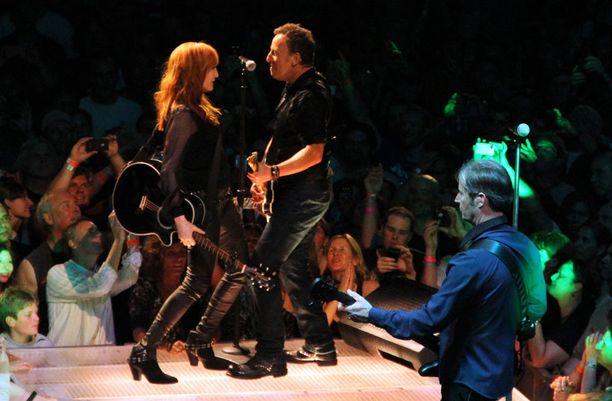 Bruce Springsteen esiintymässä USC Sports Arenalla.