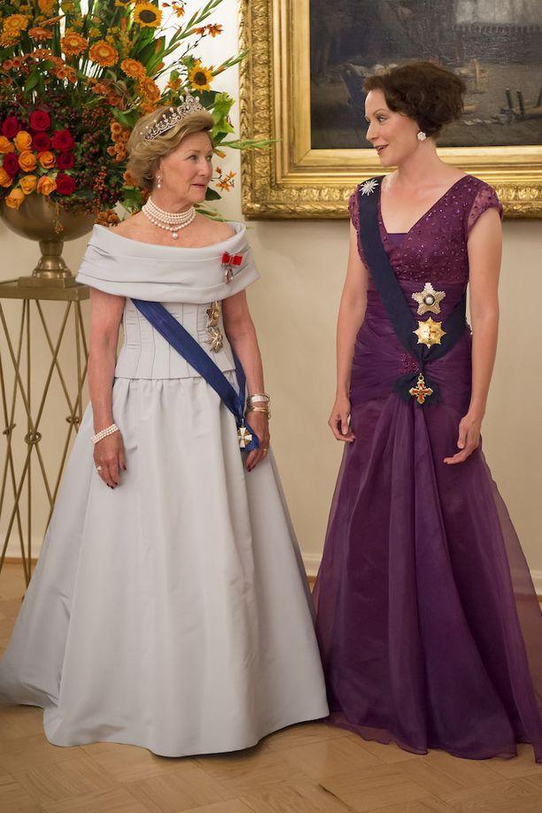 Norjan kuningatar Sonjan seurassa.